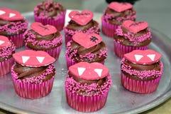 O chocolate Dia das Bruxas decorou queques Imagens de Stock Royalty Free