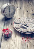 O chocolate do Natal polvilha e fita vermelha Imagem de Stock