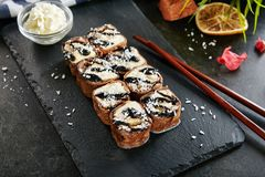 O chocolate doce Maki Sushi Pancake Rolls com frutos fecha-se acima foto de stock royalty free
