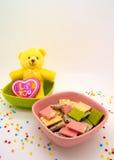 O chocolate e a boneca decoram o romance do tema e agradáveis Fotos de Stock Royalty Free