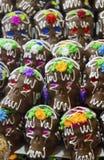 O chocolate e o açúcar fizeram doces dos crânios com olhos coloridos Fotografia de Stock Royalty Free