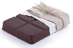 O chocolate feito a mão deu forma ao sabão com papel da folha e à corda no fundo branco Fotos de Stock Royalty Free