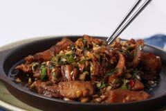 O Chopstick está apontando em peixes fritados com pimentões Fotos de Stock
