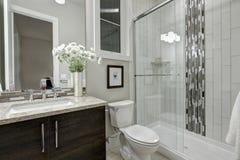 O chuveiro das pessoas sem marcação de vidro em um banheiro da casa luxuosa