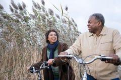 O ciclismo dos pares Imagens de Stock Royalty Free