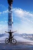 O ciclista com sua bicicleta em uma fonte imagens de stock