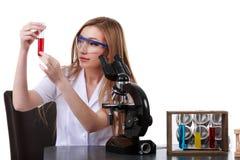 O cientista bonito da mulher no laboratório executa várias operações Fotografia de Stock