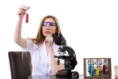 O cientista bonito da mulher no laboratório executa várias operações Foto de Stock Royalty Free