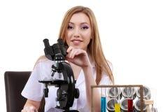 O cientista bonito da mulher no laboratório executa várias operações Imagem de Stock Royalty Free