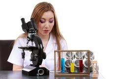 O cientista bonito da mulher no laboratório executa várias operações Fotos de Stock