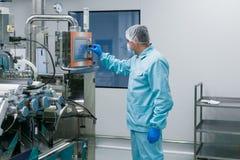 O cientista configura o painel de controle Imagem de Stock