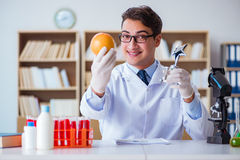 O cientista do doutor que recebe o prêmio para sua descoberta da pesquisa imagens de stock