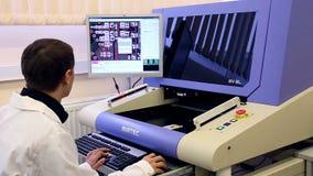 O cientista do homem trabalha no laboratório com vídeos de arquivo