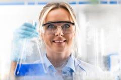 O cientista fêmea atrativo novo apenas descobriu o químico novo imagem de stock