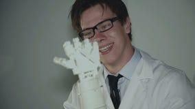 O cientista novo chocado emocionalmente do resultado do trabalho com mão robótico vídeos de arquivo
