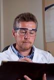 O cientista pesquisa resultados da análise Fotografia de Stock