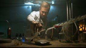 O cientista recolhe o gás na garrafa após a experiência filme