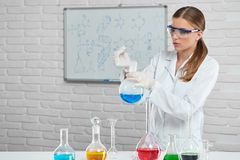 O cientista trabalha com os líquidos químicos Fotos de Stock