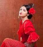 O cigano da mulher de Spain do dançarino do Flamenco com vermelho levantou-se fotografia de stock royalty free