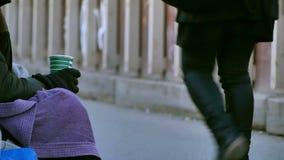 O cigano pede a caridade - sem abrigo video estoque