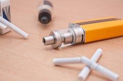 O cigarro eletrônico substitui os cigarros regulares Fotografia de Stock Royalty Free