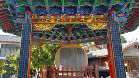 O cilindro de pedra da vila de Shigu, Yunnan, China imagem de stock