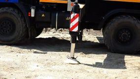 O cilindro hidráulico do apoio de deslizamento do guindaste do caminhão entra na coluna de apoio video estoque