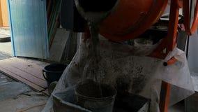 O cimento é derramado em uma cubeta video estoque