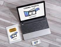 O cinema em linha tickets o conceito do registro em dispositivos diferentes fotografia de stock