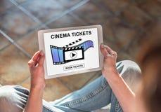 O cinema em linha tickets o conceito do registro em uma tabuleta foto de stock