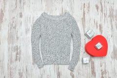 O cinza fez malha a camiseta, caixas de presente dadas forma e de prata do coração vermelho Fá Fotografia de Stock Royalty Free
