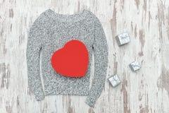 O cinza fez malha a camiseta, caixas de presente dadas forma e de prata do coração vermelho Fá Imagens de Stock Royalty Free
