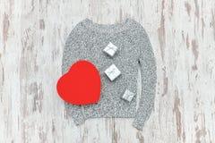 O cinza fez malha a camiseta, caixas de presente dadas forma e de prata do coração vermelho Fá Imagem de Stock Royalty Free