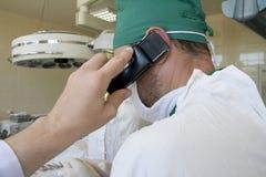 O cirurgião está falando pelo telefone fotos de stock