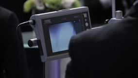 O cirurgião olha o monitor durante o operatio cirúrgico filme