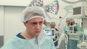O cirurgião termina a cirurgia filme