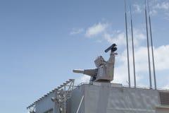 O CIWS montou na fragata cinzenta da navio de guerra no porto imagens de stock royalty free