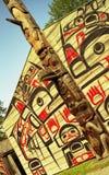 O clã abriga e Totem pólo Fotografia de Stock