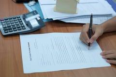 o cliente assina o contrato de empréstimo hipotecario com mediador imobiliário foto de stock