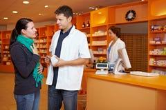O cliente começ o conselho na farmácia Fotografia de Stock