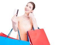 O cliente da senhora que mostra o cartão de crédito e que faz chama-me gesto Imagens de Stock Royalty Free