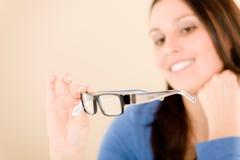 O cliente do óptico escolhe vidros da prescrição Fotos de Stock Royalty Free