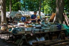 O cliente do bosque de Shupps procura negócios Imagens de Stock Royalty Free