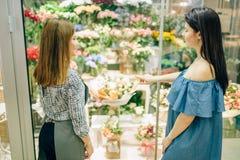 O cliente e o florista fêmeas escolhem flores Fotos de Stock