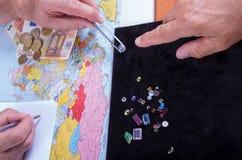 O cliente e o vendedor negociam a compra de um grupo de preciou Imagens de Stock