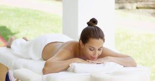 O cliente tranquilo dos termas relaxa na tabela Foto de Stock Royalty Free