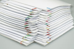 O clipe de papel colorido com a pilha dos relatórios de papel arranjou na tabela Fotografia de Stock