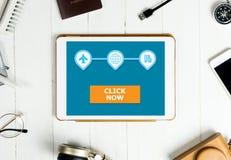 O clique da agência de viagens abotoa-se agora na aplicação da tabuleta imagem de stock royalty free