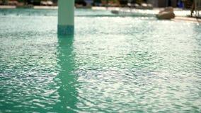 O close-up, água de turquesa na associação, brilha no sol Dia quente do verão filme