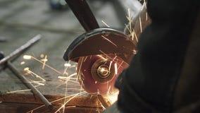 O close-up é um ferreiro In Protective Clothing que vê fora do ferro Ros filme